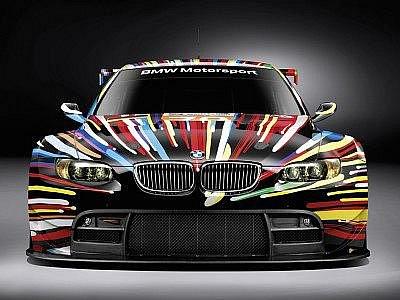 O grafickou úpravu závodního BMW M3 GT2 se postaral americký umělec Jeff Koons.