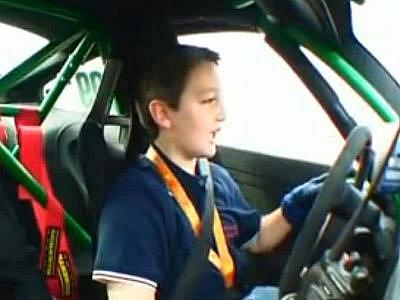 Desetiletý chlapec nemá problém s jízdou smykem v Porsche GT3 RS