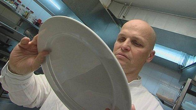Ano, šéfe! Na snímku Zdeněk Pohlreich vnovém dílu kuchařské série, která běží na Primě každé úterý v21:20