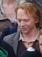 U filmování je to normální, takže z druhé části Harryho Pottera a relikvií smrti už je natočen epilog, který se odehrává o 17 let později, jak dobře vědí čtenáři knížky. Ruperta Grinta alias Rona museli maskéři trochu postaršit...