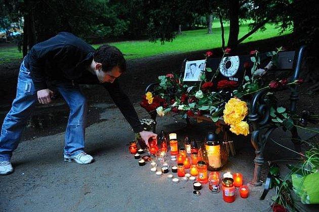 Místo, kam mohou fanoušci dát kytičku, či zapálit svíčku za předčasně zemřelého Petra Muka, je vpražské Grébovce.