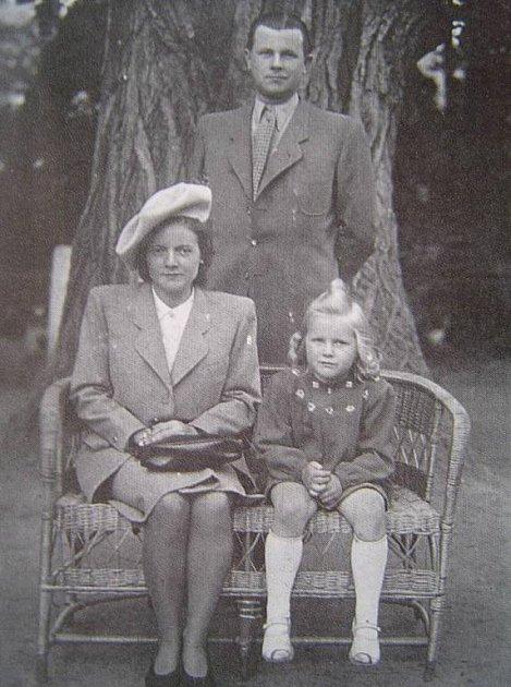 Tatínek Ladislav Bojanovský a maminka Františka Bojanovská, kteří malou Evu do školy doprovázeli