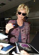 Eva Herzigová přiletěla v neděli do Cannes. Hned na letišti na ni čekali fotografové i fanoušci. Eva vypadá úchvatně, hnědé, semišové šortky, co má  na sobě, pocházejí z její valstní kolekce.