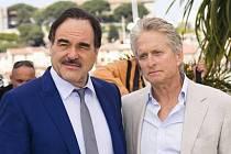 Režisér Oliver Stone s Michaelem Douglasem v Cannes