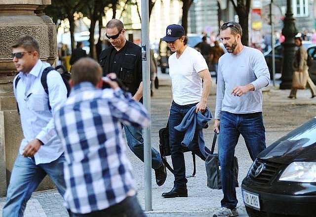 Americký herec a producent Tom Cruise v pražských ulicích 22. září.