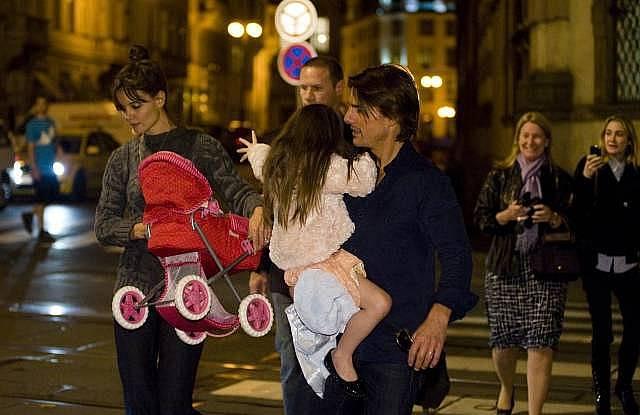 Americký herec Tom Cruise s manželkou Katie Holmes a dcerou Suri při večerní procházce 22. září v Praze.