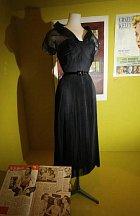 Tyhle šaty měla na sobě Grace Kelly ve filmu Okno do dvora