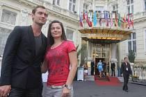 Jude Law se fotí s fanynkou před hotelem Pupp v Karlových Varech na MFF.