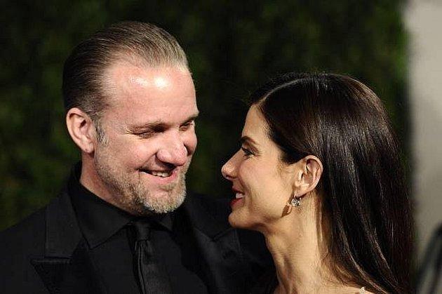 Sandra Bullock na snímku zletošních Oscarů smanželem Jesse Jamesem