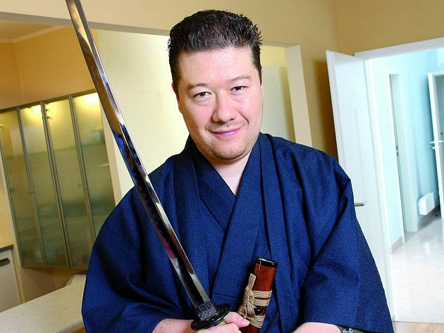 Tomio Okamura v japonském kimonu a s katanou