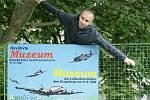 Já nejsem blázen, já jsem letadlo! Poutník pózuje u poutače na Muzeum letecké bitvy.