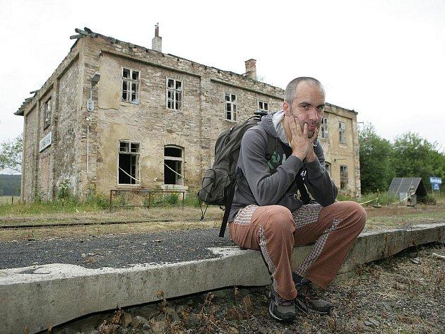 Nádraží Kovářská stejně jako řadu podobných budov v kraji čeká smutný konec. Poutník jako milovník železnice to vidí jen nerad.