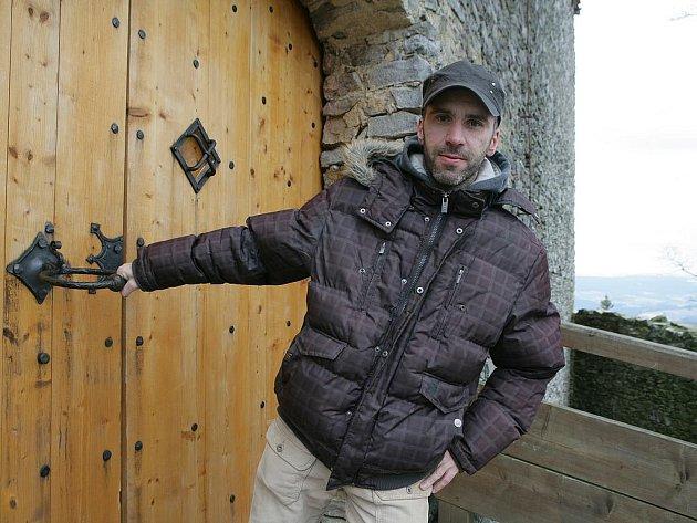 Zavřeno! Poutník se do hradu nedostal. Už aby se rozeběhla turistická sezóna!
