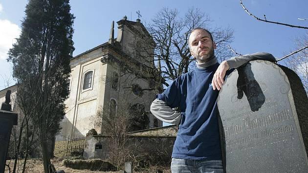 Kostel se hřbitovem v Milešově u Lovosic, kde se konal filmový pohřeb. Areál je ale nyní silně zchátralý.