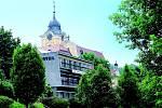 Souboj stylů. Socialistický hotel zakrývá barokní kostel.