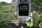Z vyhořelého ústavu v Měděnci už nic nezbylo. Tragédii připo-míná jen pomníček.