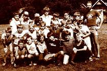 Pionýrský tábor Úsvit Chrastice v roce 1985. Poutník je v horní řadě zcela vlevo.