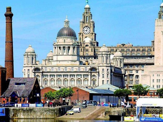 Pohled od nábřeží na Albert Dock a Royal Liver Building. Na dvou věžích budovy střeží město pták Liver Bird, symbol Liverpoolu.