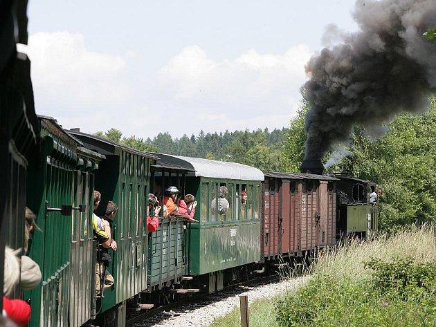 Jízda parním vlakem skrz divokou přírodu patří mezí velká tu-ristická lákadla.
