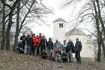 Hromadné foto na vrcholu Řípu. Poutník je zcela vlevo, zcela vpravo fotograf Mirek, vedle kolega Jaroslav.