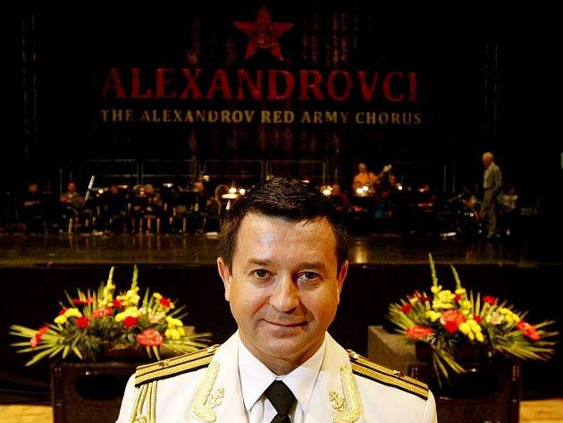 MISTR KALINKA. Vadim Anaňjev se také od ostatních členů souboru liší bílou barvou uniformy.