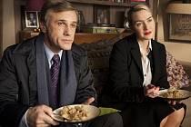 NANCY A ALAN. Rodiče zlotřilého syna, zatím ještě v důstojné a jemné opozici, v podání Christopha Waltze a Kate Winslet.