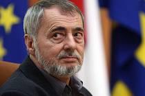 Antonín Bajaja, který se v úterý 5. dubna stal novým držitelem Ceny města Zlína, jež mu předal primátor Zlína Miroslav Adámek, je též garantem zlínského Literárního jara.