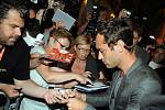 V neděli večer dorazila do Varů nejzářivější letošní hvězda, Jude Law. Přivítal ho prezident Batoška a herec hned rozdal spoustu podpisů, v čemž pokračoval i v pondělí, kdy se konala tisková konference.