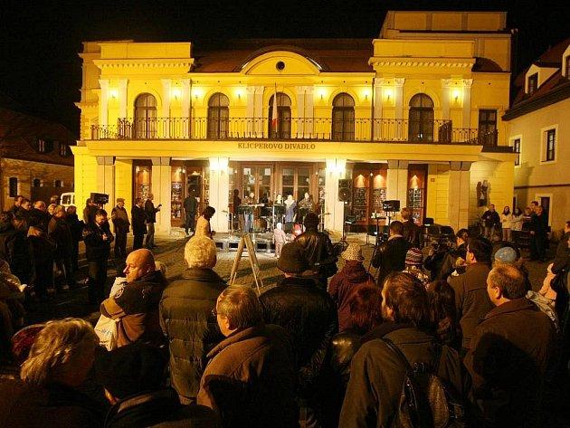 Oslavy dvacátého výročí sametové revoluce v Hradci Králové před Klicperovým divadlem