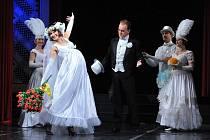 TA UMĚLA ŠOKOVAT. Aby revuální star Fanny Briceová ve 20. letech v USA zaujala, bavila skvělými pěveckými čísly i bláznivými kousky. Třeba postavila na hlavu dojemný svatební song a šokovala tím nejen publikum, ale i své šéfy. Málem to bylo na vyhazov…