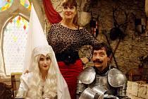 OSAZENSTVO HRADU. Jana Bernášková coby bílá paní Albína, Mahulena Bočanová jako Růžena Mazalová a Pavel Kříž v roli rytíře Theobalda, který občas ztratí hlavu.
