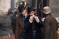 Robert Downey, Jr. jako Sherlock Holmes a Jude Law jako doktor Watson