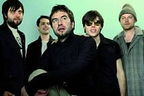 Pražská kapela Tata bojs se také účastnila nahrání výjimečného alba coverů slavných semaforských písniček