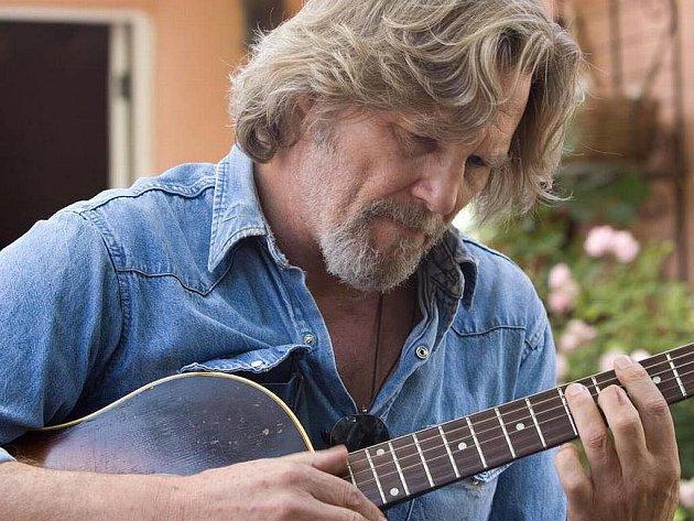 Za roli pozapomenutého písničkáře, který obráží se svou kytarou zapadlé bary a přitom chlastá, získal Jeff Bridges v dramatu Crazy Heart letos Oscara. Zajímavá je v tomto hořkém snímku o pozdní lásce i malá role Colina Farrella.