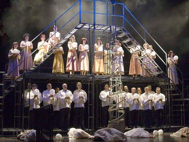 Operní soubor Slezkého divadla Opava v představení Hry o Marii s hudbou Bohuslava Martinů