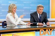 HEZKÉ VSTÁVÁNÍ. Když chce každý moderovat něco jiného, vznáší se ve studiu obstojné dusno: Diana Keaton a Harisson Ford v komedii ze zákulisí skomírající televize.