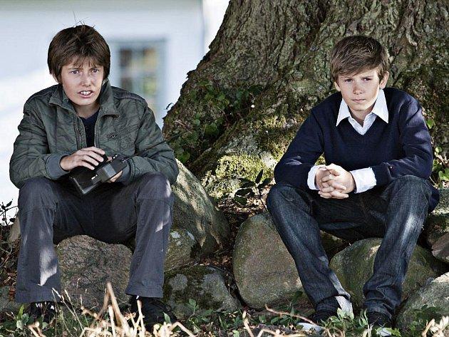 PŘÁTELSTVÍ. Christian v podání Williama Jøhnka Nielsena a Elias, kterého hraje Markus Rygaard, hledají lepší svět. A lepší spravedlnost. Tak, jak ji vidí svýma očima.