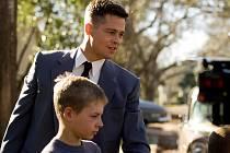 ZLATÁ PALMA. Brad Pitt jako přísný otec vládnoucí tvrdou rukou své ženě a třem synům v Texasu 50. let.