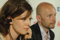 Režisér Tomáš Mašín s herečkou Karolinou Gruzskou na tiskové konferenci