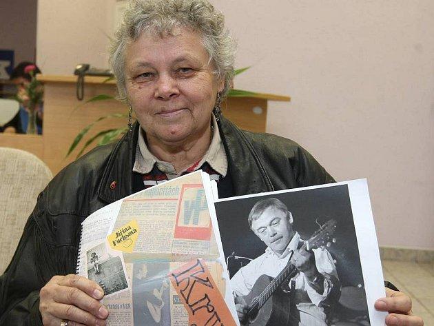 Jiřina Fuchsová z Plzně emigrovala ve svých devatenácti letech. Dnes žije v Los Angeles. Do rodné Plzně se pravidelně vrací. Na snímku ukazuje knihu o Karlu Krylovi, kterou sama napsala. S Krylem je pojilo osobní přátelství.