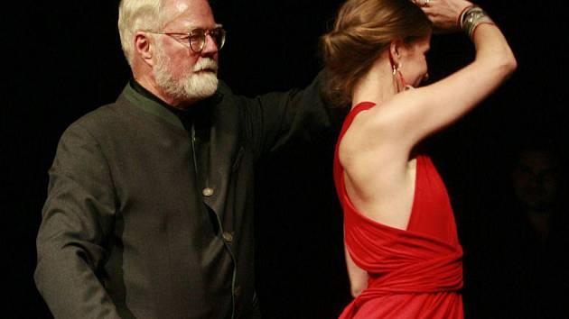 Známý americký spisovatel Robert Fulghum představil svou novou knihu Drž mě pevně, miluj mě zlehka.  Osobně si také zatančil tango se svou ženou na jevišti Jihočeského divadla.