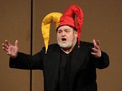 Hostující Ivan Kusnjer z Národního divadla v titulní roli Rigoletta