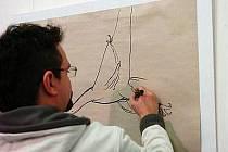 Karel Jerie maluje na vernisáži svých obrazů