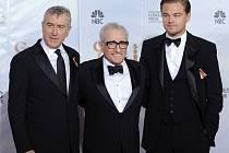 Režisér Martin Scorsese obklopený svými dvorními herci, Robertem De Niro a Leonardem DiCaprio na letošních Zlatých globech. Do Berlína jede ale jen s Leonardem, který hraje v jeho novém filmu Prokletý ostrov.