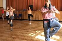 Americký tanečník Joe Alegado, původem z Corpus Christi, vedl společně s trutnovskými choreografkami ze ZUŠ Trutnov několikadenní workshop v Národním domě.