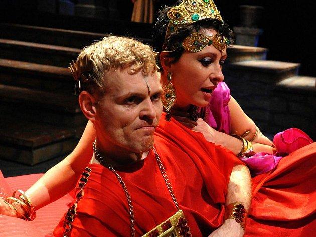 Hlavní roli římského císaře Caliguly hraje v Mostě Radim Madeja, jeho ženu Caesonii Veronika Valešová.