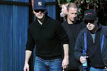Americký herec Tom Cruise, vlevo, a režisér Brad Bird, vpravo, si 21. září prohlíželi Vršovické nádraží v Praze jako jedno z možných míst k natáčení pokračování filmu Mission: Impossible.