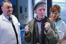 Ve filmu se opět objeví psychiatr v podání Zdeňka Dvořáka a jeho pacient Kalivoda v podání Petra Janiše. Na snímku se Simonou Stašovou alias sestrou Věrou Podlipnou.