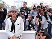 Herecká legenda Jean Paul Belmondo letos  v Cannes, doprovázený přítelkyní Barbarou Gandolfi