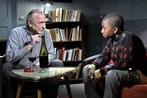 LE HAVRE. André Wilms a Blondin Miguel – dva podivní hrdinové Kaurismäkiho filmu, jenž vybízí k porozumění pro všechny s nešťastným údělem na naší planetě.